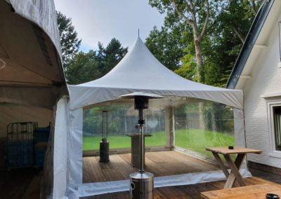Transparante tent met houten vlonder vloer